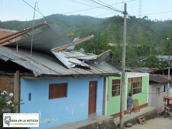 Zinc de vivienda levantado por el viento